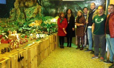 """Caballero visita el belén elaborado con materiales reciclados en el CEIP """"Virgen de Guadalupe"""" de Úbeda"""