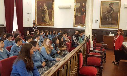 La alcaldesa de Úbeda recibe en el Ayuntamiento a los alumnos ganadores del V Certamen Aula de Patrimonio