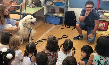 El programa de 'Educación Asistida con Perros' visita la Escuela de Verano