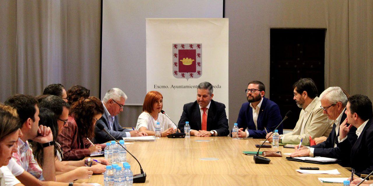Junta de Andalucía, centros educativos, ampas y ayuntamiento se reúnen para mejorar la situación actual en materia educativa existente en Úbeda