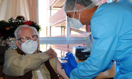 Antonio, de 90 años, el primero en recibir la vacuna del Covid-19 en la provincia de Jaén