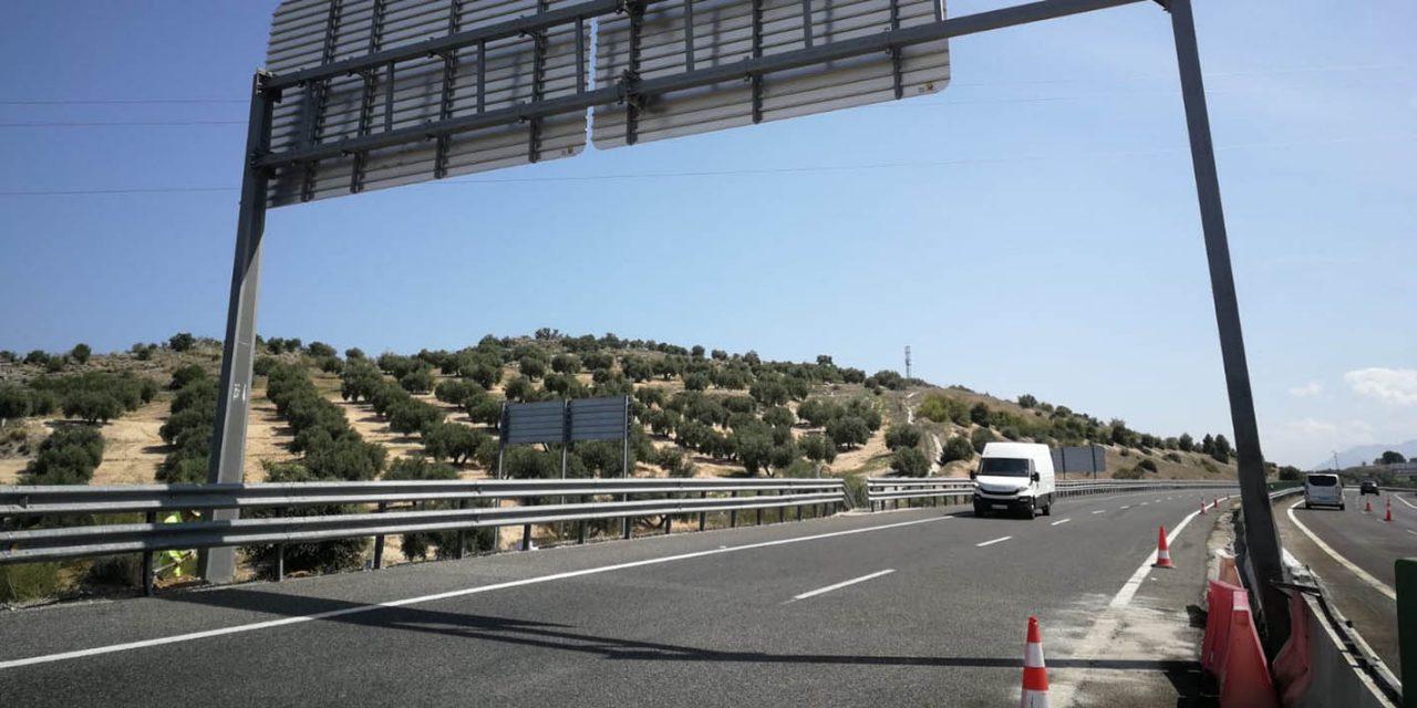 Corte en la Autovía del Olivar para retirar un pórtico dañado tras un accidente de tráfico